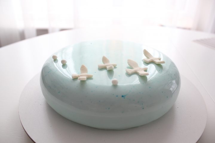 Free as a bird. A sky of blue mirror glaze and a flock of sugar birds. Amazing and tasty cake with birds.